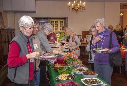 高齢者が「用事」を頼めるコミュニティ:米国で広がる「ヴィレッジ」の取り組み